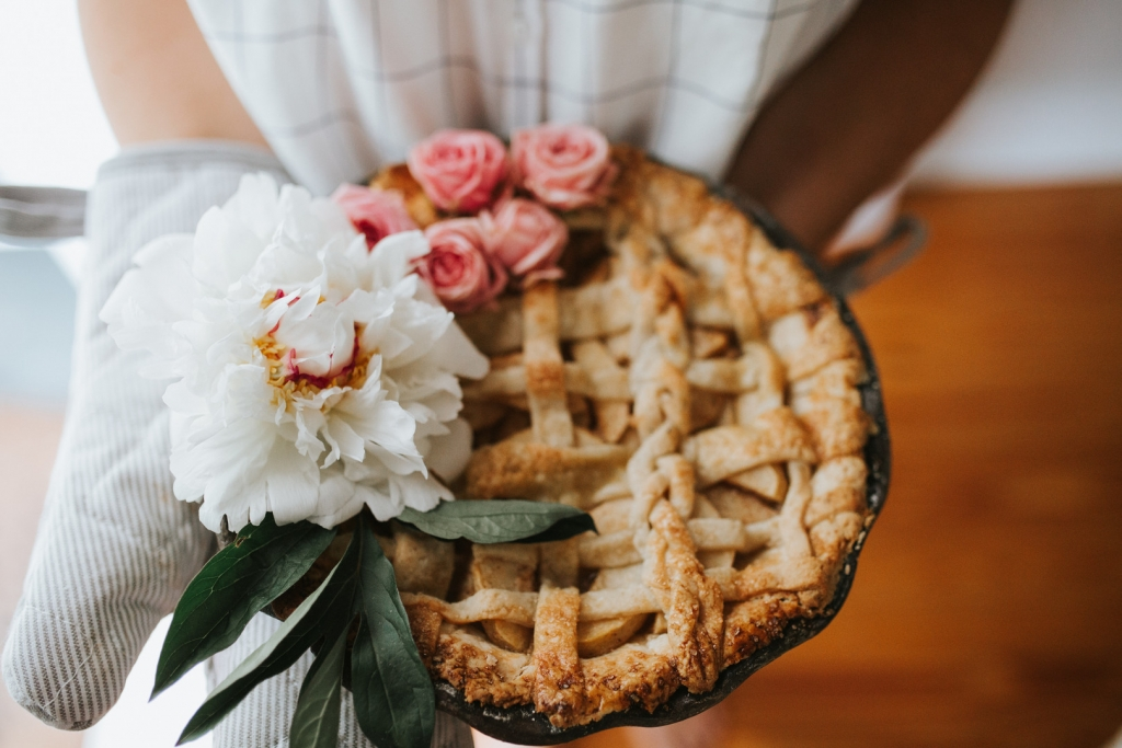 Homemade Apple Cinnamon Pie with mom and daughter 19 1024x683 - Cinnamon Apple Pie
