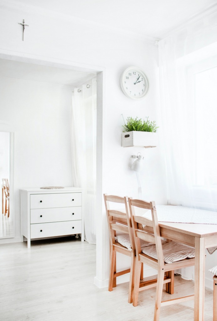 pexels dominika roseclay 1139785 693x1024 - Simplify Your Living Space with Minimalist Design